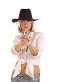 Junge blond in einem Cowboyhut, der mit einer Gewehr zielt Stockfotografie
