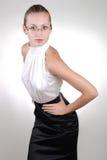 Junge blonde überzeugte Geschäftsfrau in den Gläsern Lizenzfreie Stockfotografie