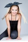 Junge blonde Art und Weisefrau, die im Studio aufwirft Stockbild