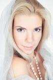 Junge blonde Art und Weisefrau, die im Studio aufwirft Lizenzfreies Stockbild