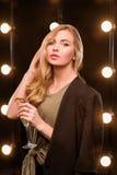 Junge blonde attraktive Frau im T-Shirt und in der Klage Stockbild