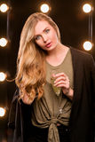 Junge blonde attraktive Frau im T-Shirt und in der Klage Stockfotografie