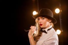 Junge blonde attraktive Frau im weißen Hemd, schwarzer Hut Lizenzfreies Stockbild