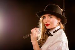 Junge blonde attraktive Frau im weißen Hemd, schwarzer Hut Lizenzfreie Stockbilder