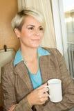Junge blonde attraktive Geschäftsfrau in einem Hotel Lizenzfreie Stockfotos