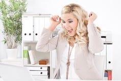 Junge blonde aufgeregte Frau mit Laptop - Erfolg im Geschäft Stockbild