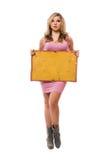 Junge blonde Aufstellung mit gelbem Vorstand Lizenzfreie Stockfotos