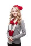 Junge blonde beiläufige Frau im roten Schal und im Hut Stockfotografie