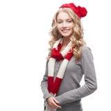 Junge blonde beiläufige Frau im roten Schal und im Hut Stockbild