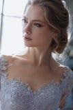 Junge blonde Brautfrau in einem hellblauen Hochzeitskleid Lizenzfreie Stockfotos