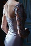 Junge blonde Brautfrau in einem hellblauen Hochzeitskleid Stockfoto