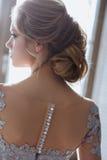 Junge blonde Brautfrau in einem hellblauen Hochzeitskleid Stockbilder