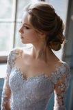 Junge blonde Brautfrau in einem hellblauen Hochzeitskleid Lizenzfreies Stockfoto