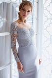 Junge blonde Brautfrau in einem hellblauen Hochzeitskleid Stockfotografie