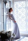 Junge blonde Brautfrau in einem hellblauen Hochzeitskleid Lizenzfreie Stockbilder