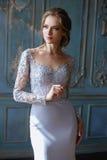 Junge blonde Brautfrau in einem hellblauen Hochzeitskleid Stockbild