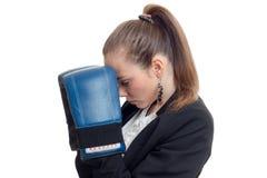 Junge blonde businwss Frau in der Uniform und in den Boxhandschuhen Stockfotografie