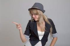 Junge Frau beim Hutzeigen Stockfotografie
