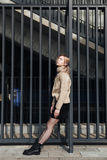 Junge blonde Dame draußen Stockfotos