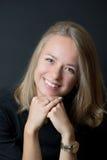 Junge blonde Dame im schwarzen T-Shirt lächelnd mit den Zähnen Lizenzfreie Stockbilder