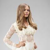 Junge blonde Dame im sexy Kleid Stockfotos