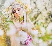 Junge blonde Dame im wohlriechenden Garten Stockbild