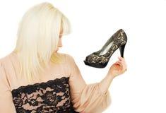 Junge blonde Dameträume über Schuhe der Frau Stockfotos