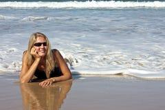 Junge blonde entspannende Frau Stockbild