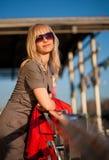 Junge blonde entspannende Frau Lizenzfreie Stockbilder