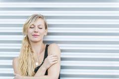 Junge blonde entspannende Frau Lizenzfreie Stockfotos