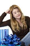 Junge blonde Entspannung nach dem Einkauf Lizenzfreie Stockbilder