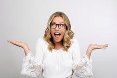 Junge blonde Frau überrascht Lizenzfreies Stockbild