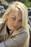Junge blonde Frau stockfotos
