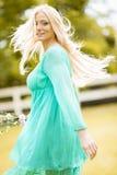 Junge blonde Frau auf dem Gebiet Lizenzfreie Stockfotos