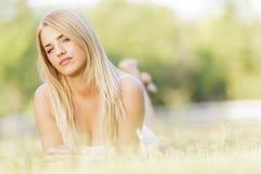 Junge blonde Frau auf dem Gebiet Stockbilder