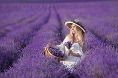 Junge blonde Frau auf dem Lavendelgebiet Glückliche sorglose Frau in a Lizenzfreie Stockfotos