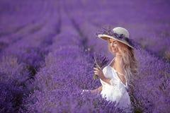 Junge blonde Frau auf dem Lavendelgebiet Glückliche sorglose Frau in a Lizenzfreie Stockbilder