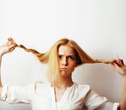 Junge blonde Frau auf weißer backgroung Geste greift oben, Isolat ab Lizenzfreie Stockfotografie