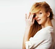 Junge blonde Frau auf weißer backgroung Geste greift oben, Isolat ab Stockbilder