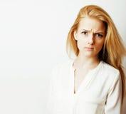 Junge blonde Frau auf weißer backgroung Geste greift oben, Isolat ab Stockbild