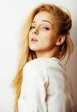 Junge blonde Frau auf weißer backgroung Geste greift oben, Isolat ab Lizenzfreie Stockbilder