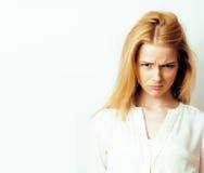 Junge blonde Frau auf weißer backgroung Geste greift oben, Isolat ab Stockfoto