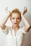 Junge blonde Frau auf weißer backgroung Geste greift oben, lokalisierter emotionaler Aufstellungsabschluß oben, Lebensstilleuteko Stockfotos