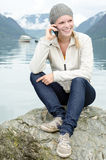 Junge blonde Frau aufgerufen mit ihrem Smartphone Stockfoto