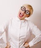Junge blonde Frau in den Gläsern mögen Bücherwurm Stockfoto