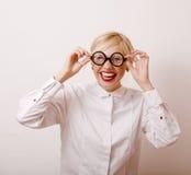 Junge blonde Frau in den Gläsern mögen Bücherwurm Stockfotografie