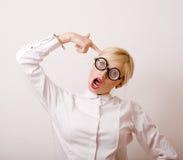 Junge blonde Frau in den Gläsern mögen Bücherwurm Stockbilder