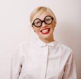 Junge blonde Frau in den Gläsern mögen Bücherwurm Lizenzfreie Stockbilder