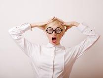 Junge blonde Frau in den Gläsern mögen Bücherwurm Lizenzfreie Stockfotografie