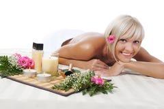 Junge blonde Frau an der Badekurortprozedur Lizenzfreie Stockfotografie